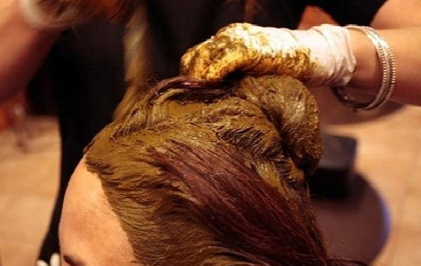henna mask to get black hair naturally at home